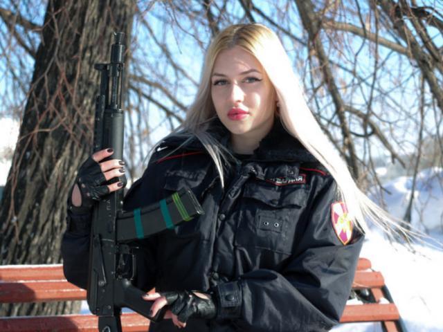 Nữ vệ binh quốc gia xinh đẹp nhất nước Nga nhận tin xấu từ tòa án