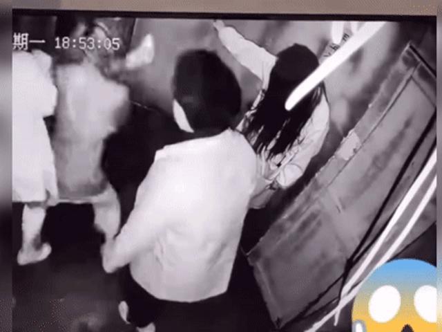 Đi nhà ma, hai thanh niên ôm nhầm bạn gái gây ra chuyện ngượng chín mặt