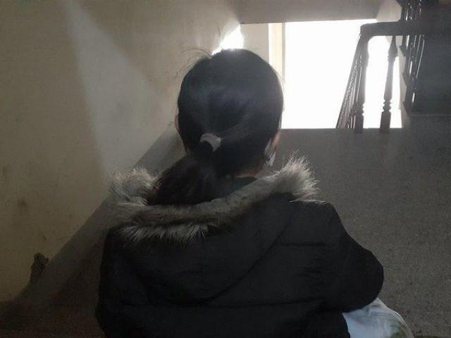 Ôm con nhỏ 9 tháng, người vợ òa khóc tiễn chồng lầm lỗi vào tù