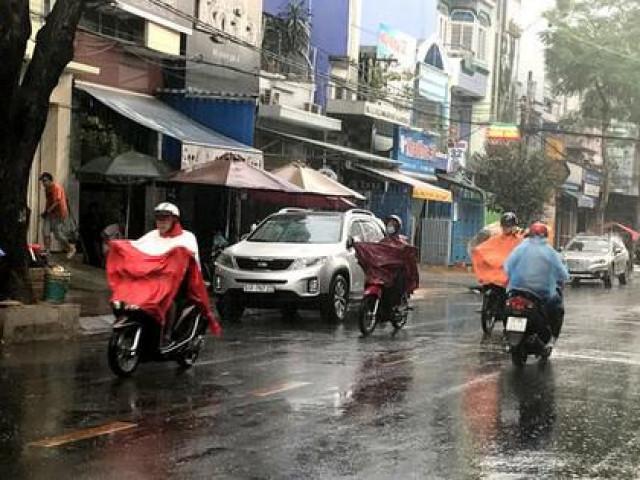 TP.HCM: Vì sao đang nắng nóng bỗng mưa xối xả?