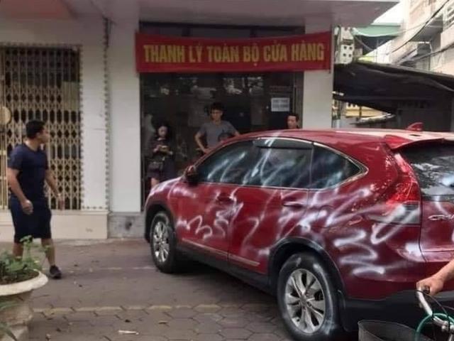 """Đỗ xe chắn cửa hàng, ô tô Honda CR-V bị phun sơn trắng kèm dòng chữ """"làm ơn đỗ xe có ý thức"""""""