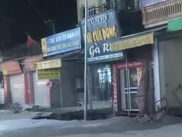 """""""Hố tử thần"""" xuất hiện trên vỉa hè ở Hà Nội, sơ tán khẩn 20 hộ dân"""