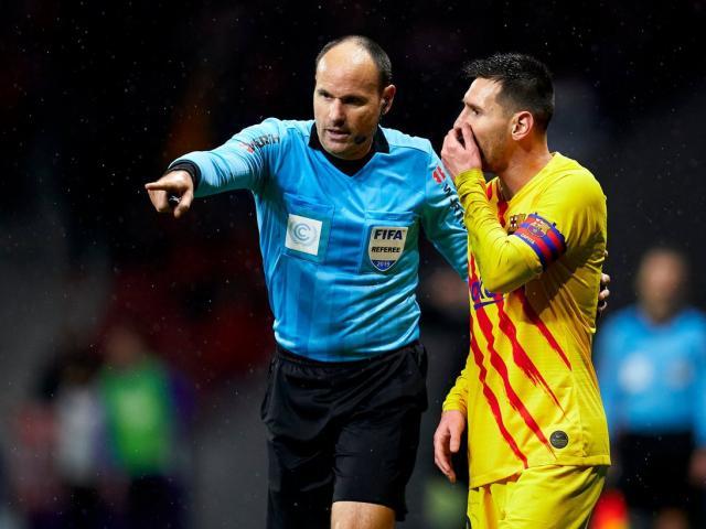 """Barca và Messi lo sốt vó trận siêu kinh điển vì có trọng tài """"hung thần"""""""