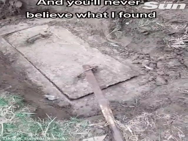 """Video: Hì hục đào khối bê tông bí ẩn vì nghĩ có """"kho báu"""", mở nắp ra thì phải bịt mũi bỏ chạy"""