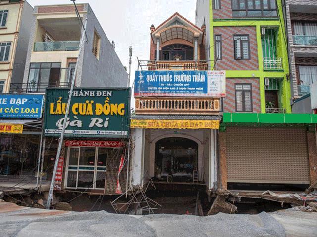 """Ảnh hiện trường """"hố tử thần"""" sâu 5m, rộng 50m2 ở Hà Nội"""