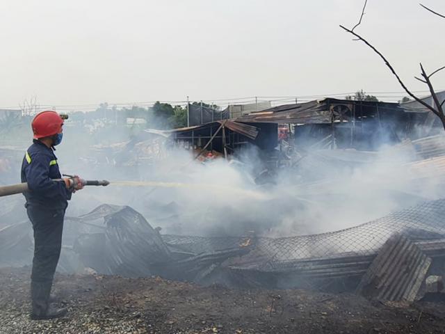 Cháy lớn xưởng gỗ ở Sài Gòn, nhiều tài sản bị thiêu rụi