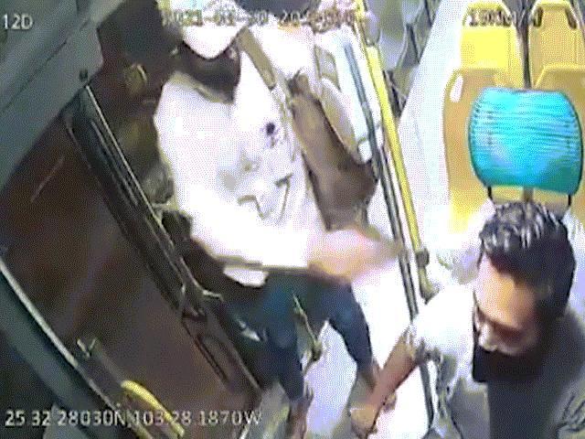 Video: Bị cướp gí súng vào đầu, tài xế xe buýt Mexico có phản ứng khó tin