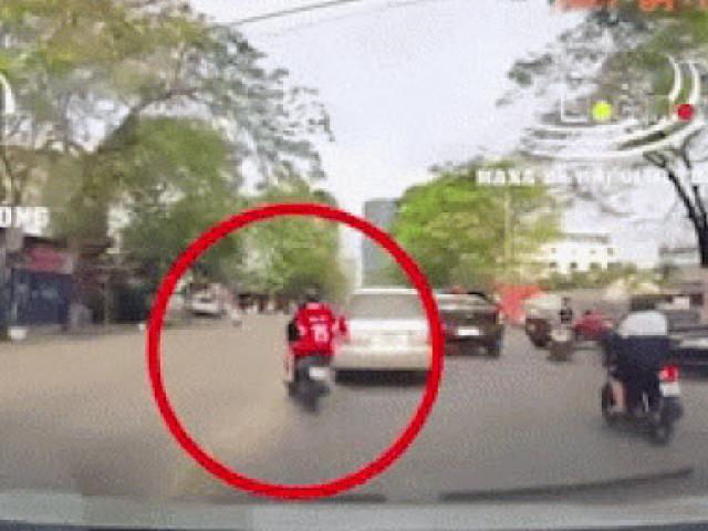Video: Quái xế lấn làn vượt ẩu tông ngã hai mẹ con đang sang đường ở Hải Phòng