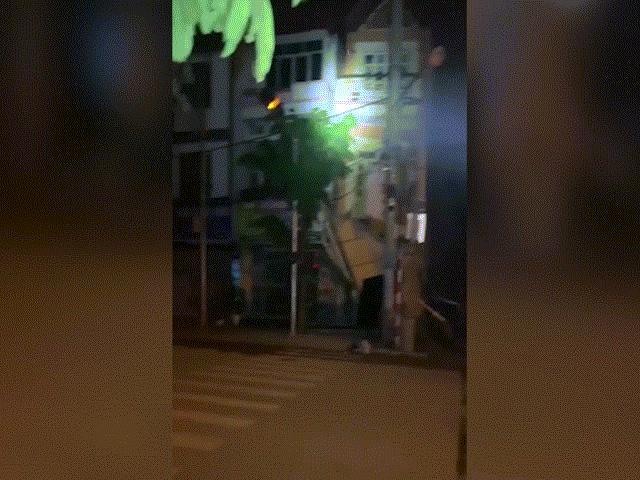 Clip: Nhà 3 tầng bất ngờ đổ sập khiến người xem kinh hãi