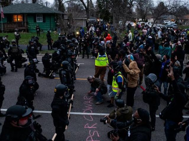 Vụ bắn chết người da màu gây bạo loạn ở Mỹ: Điều cảnh sát không ngờ về khẩu súng trên tay