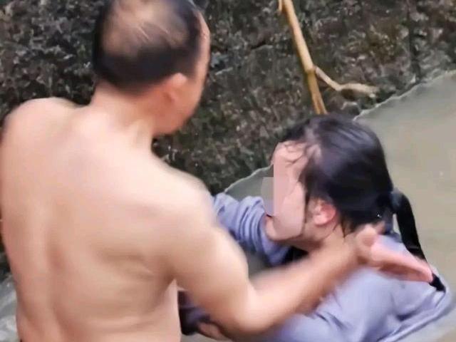 """Nhảy sông tự tử rồi đánh cả người cứu mình, cô gái bị """"tát liên hoàn"""""""