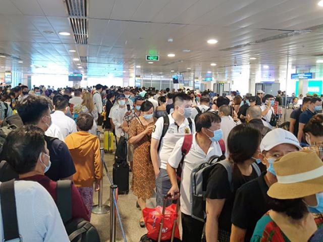 """Cả nghìn người """"rồng rắn"""" xếp hàng ở sân bay Tân Sơn Nhất"""