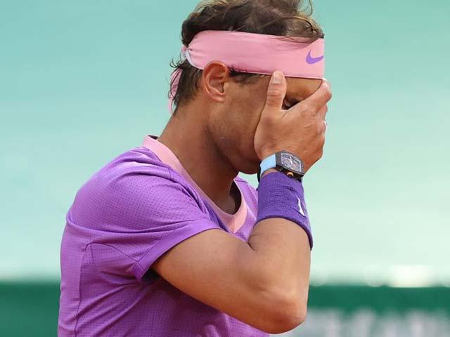 Nadal mắc 7 lỗi kép gây sốc, chán nản vì giao bóng ở trận thua Rublev