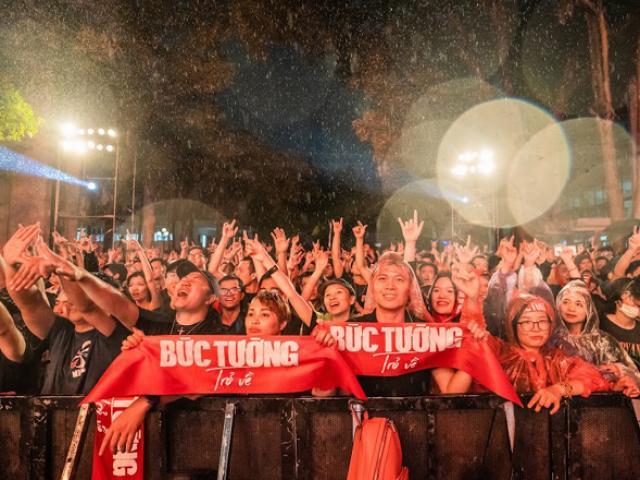"""Hàng nghìn khán giả """"tắm mưa"""" cùng ban nhạc Bức Tường"""