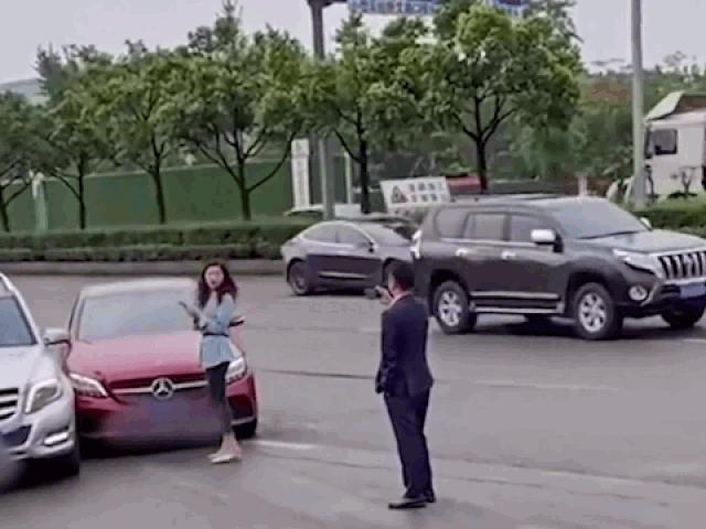 Clip: Gây tai nạn giữa đường, nữ tài xế có màn xử lý đầy văn minh