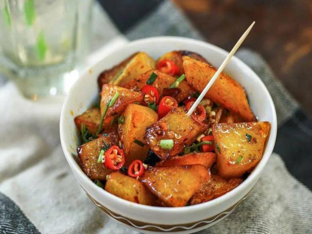 Khoai tây làm theo cách này, vừa là món ăn vặt vừa là món mặn rất đưa cơm