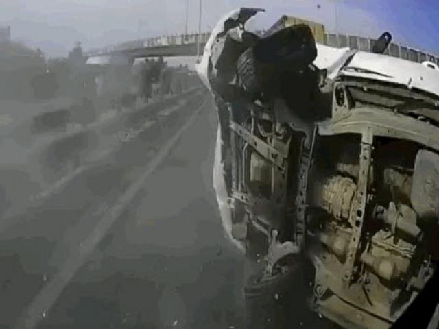 Cố vượt ẩu, ô tô 7 chỗ bị tông lật ngửa trên đường cao tốc