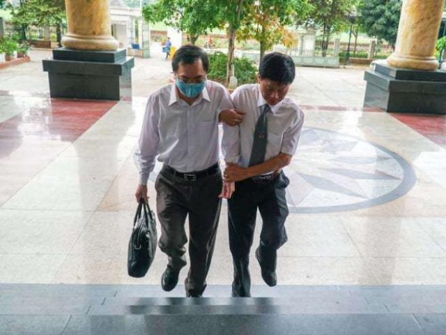 Cựu Bộ trưởng Vũ Huy Hoàng được dìu đến tòa, an ninh thắt chặt tại phiên xử