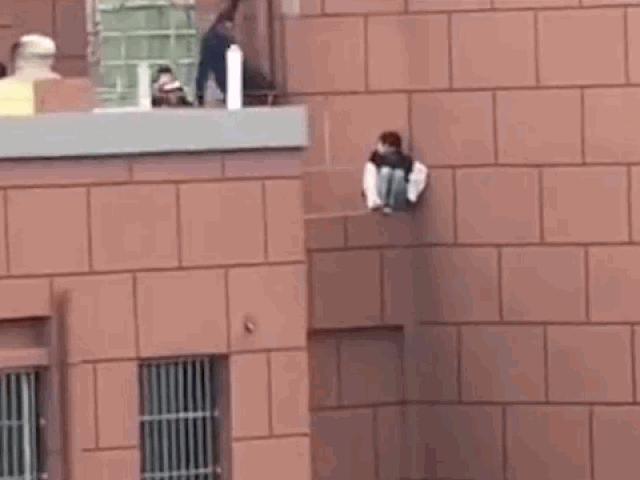 Clip: Người đàn ông phản xạ cực nhanh, cứu mạng cô gái nhảy lầu tự tử