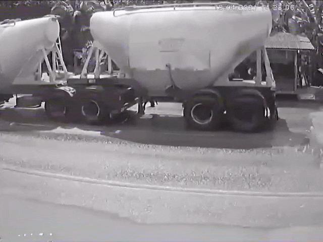 Video: Hãi hùng khoảnh khắc chiếc xe chở 5 người bị hai xe tải ép nát ở Brazil