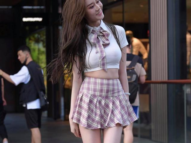 Đồng phục nữ sinh ngắn tủn mủn trên phố làm người đi đường ái ngại thay