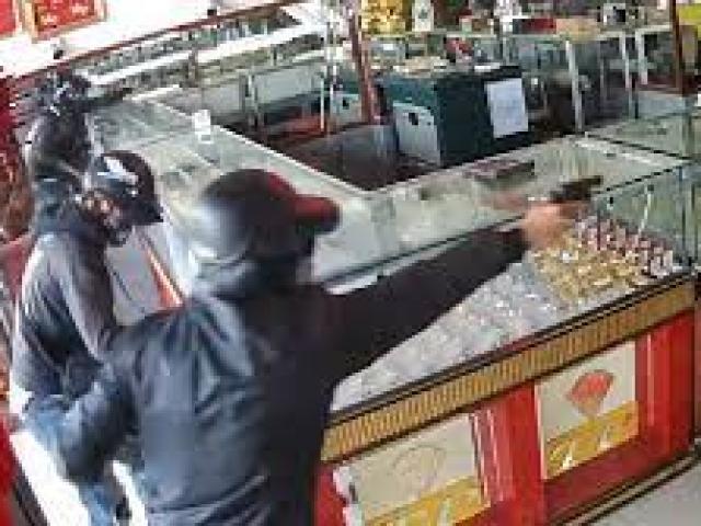 Hai tên cướp táo tợn nổ súng cướp tiệm vàng ở vùng ven TP.HCM
