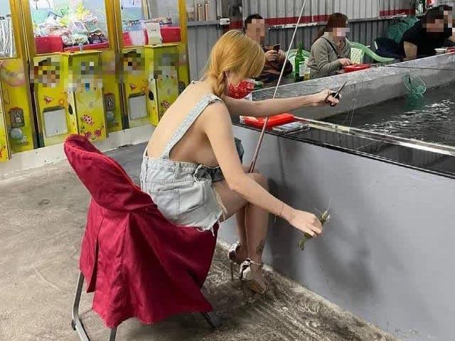 Cô nàng gây bức xúc vì mặc thiếu chừng mực đi câu cá