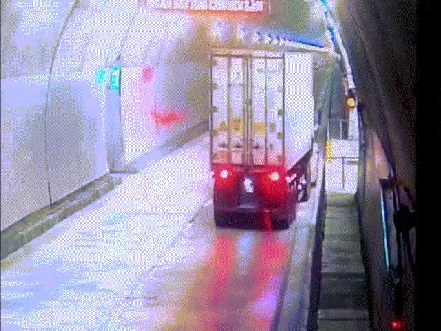 """Clip: Xe container """"đại náo"""" trong hầm Hải Vân 2, tài xế may mắn thoát nạn"""