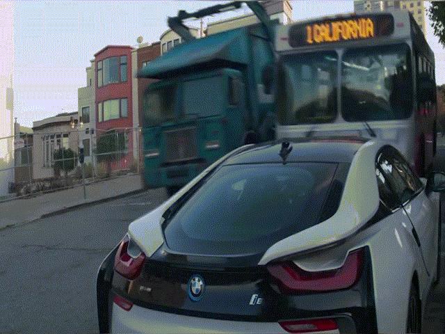 BMW i8 bị xe bus lấn qua nát bẹp trong phim mới của Marvel