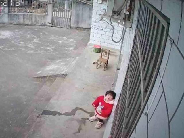 Bé 1 tuổi nhìn camera gọi bố mẹ liên tục, tưởng hành động vô ý nhưng sự tình làm ai nấy xót xa