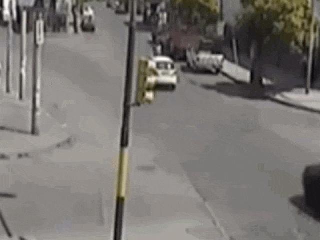 """Clip: Gây tai nạn, tài xế taxi còn tranh thủ """"hôi tiền"""" của nạn nhân"""