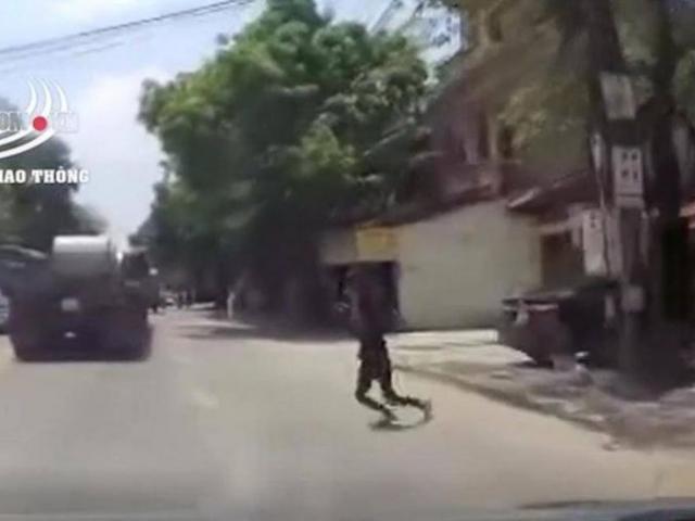 Video: Tài xế phanh cháy đường, cứu cô gái trẻ lao vào đầu xe tự tử