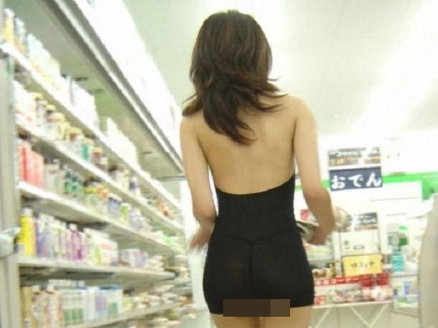 """Đi siêu thị chỉ là cái cớ, dàn gái xinh bị chỉ trích vì ăn vận hở hang, khoe thân """"trá hình"""""""