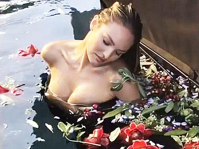 Tuổi 33 gợi cảm ngây ngất của người đàn bà đẹp khiến Ngọc Trinh cũng phải ngưỡng mộ