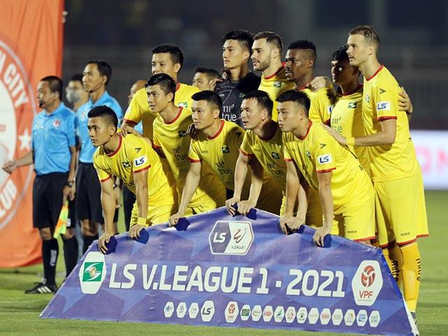 """Chính thức hoãn vòng 13 V-League vì """"sự cố"""" của cầu thủ SLNA"""