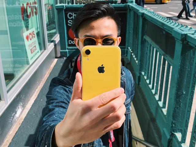 Giá iPhone XR mới nhất 2021 và liệu còn phù hợp để mua?