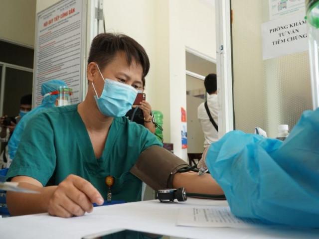 Nữ nhân viên y tế sốc phản vệ, Đà Nẵng dừng tiêm vaccine