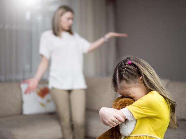 Cha mẹ đừng để lời nói trở thành mũi tên vô hình làm tổn thương trẻ