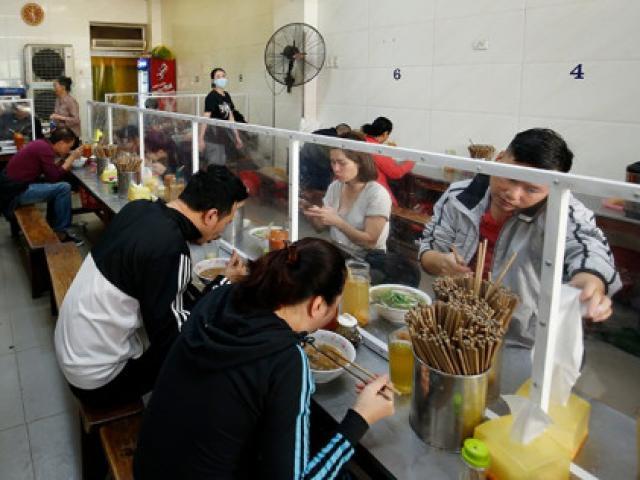 Hà Nội: Cửa hàng ăn uống trong nhà phải giãn cách chỗ ngồi tối thiểu 2m