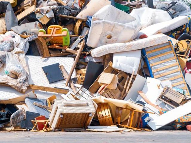 2 chị em phát hiện xấp tiền gần 1 tỷ đồng bị vứt trong đống rác ven đường
