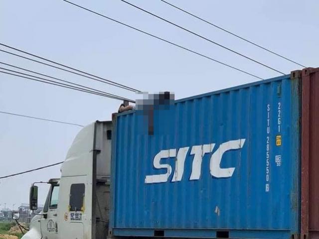 Trèo lên gỡ dây điện, tài xế container bị điện giật tử vong trên thùng xe