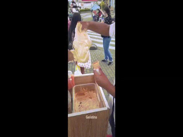 """Clip: Người đàn ông dùng tay bốc kem cho khách khiến dân mạng """"hết hồn"""""""