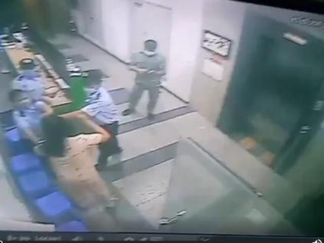 TP HCM: Bị nhắc nhở đeo khẩu trang, 1 phụ nữ hành hung bảo vệ chung cư