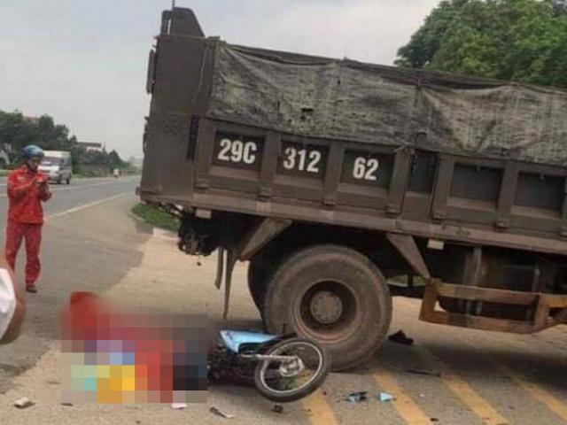 Video: Xe máy đi nhanh tông ngang xe tải đang sang đường, 1 người tử vong