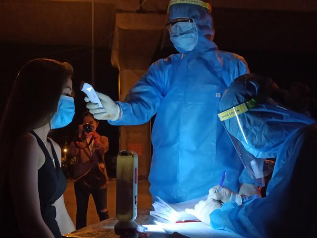 Ảnh:Trắng đêm tại chốt kiểm soát dịch COVID-19 ở cửa ngõ TP.HCM
