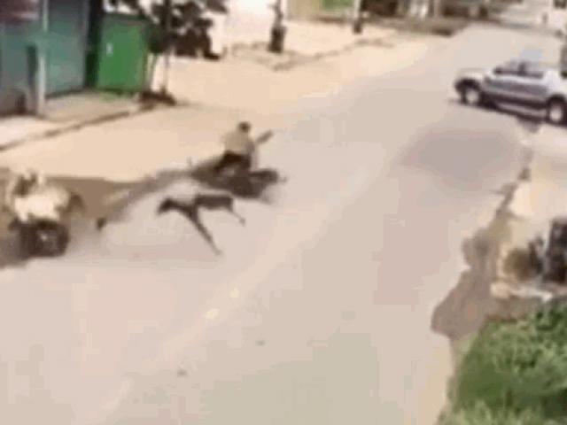 Khoảnh khắc 2 xe máy đấu đầu kinh hoàng, 4 người thương vong