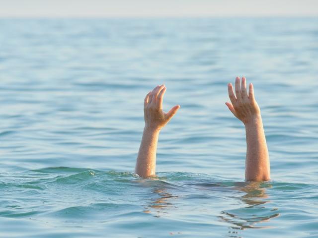 Ra hồ chơi cùng nhóm bạn, một học sinh lớp 3 bị đuối nước