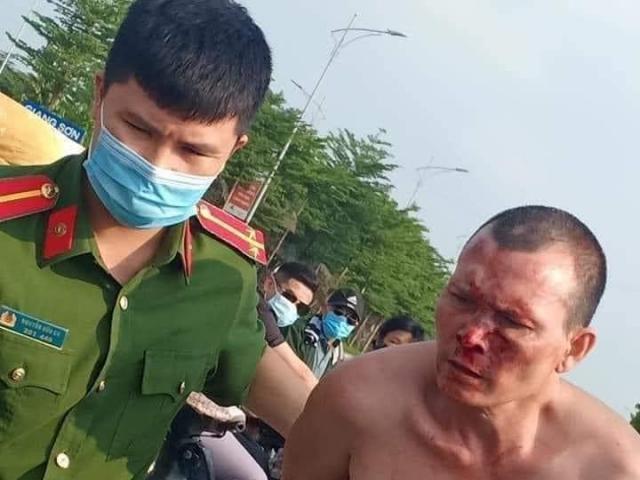 HN: Sau tiếng kêu cứu, người dân phát hiện tài xế taxi bị đâm gục