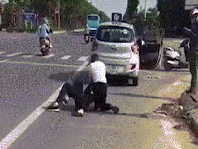 Clip: Bị đâm trọng thương, tài xế taxi vẫn hạ gục kẻ trốn nã giết người, vác dao đi cướp