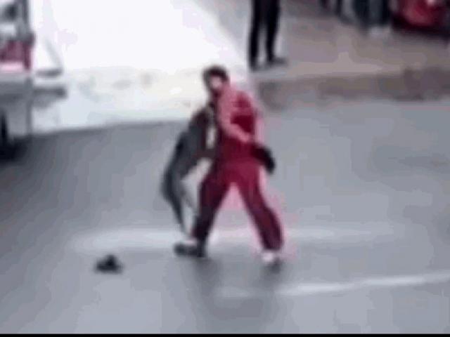 Chó pitbull tấn công người điên cuồng trên phố và cái kết thảm